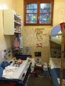 Cellule vétuste sur occupée dans une maison d'arrêt  (Photographie: CGLPL)